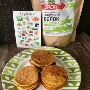 Protein-vegetable pancakes with tomatoes and herbs